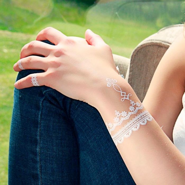 exemple tatouage henné sur doigts en blanc, modèle tatouage effet bijoux bracelet, dessin blanc sur peau aux motifs fleurs