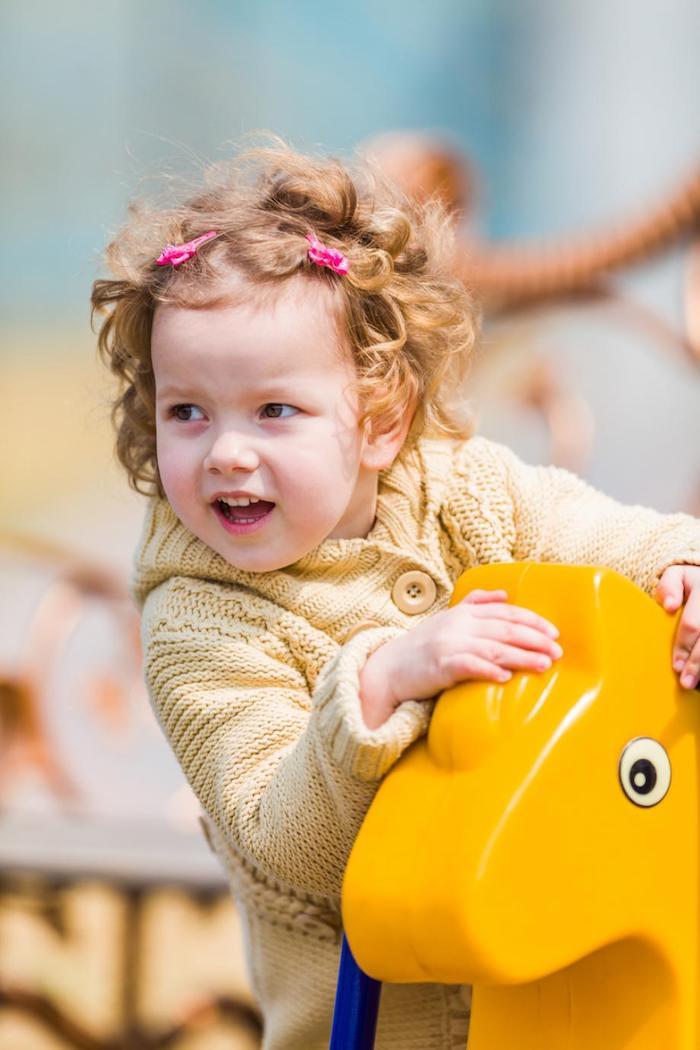 Bébé coiffure simple et rapide, coiffure petite fille, coiffure fillette, boucles et épingle rose