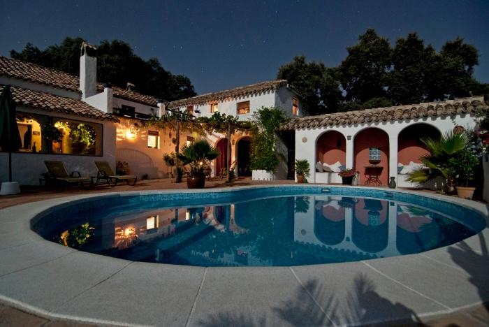 comment décorer une terrasse de piscine de style oriental, idée aménagement extérieure d'une maison blanche