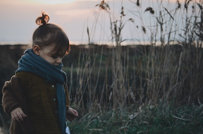 Photo au coucher de soleil, automne au bord de la mer, fille écharpe et manteau, coiffure petite fille mariage, coiffure petite fille inspiration