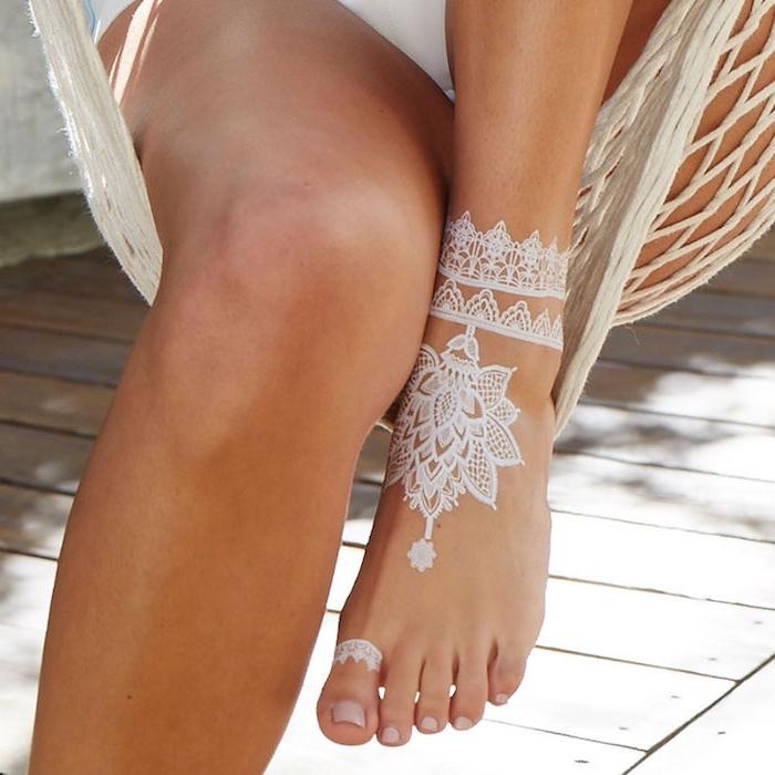 idée tatouage blanc sur pied de style bohème, idée tatouage mandala sur pied, photo de henné esprit hippie chic