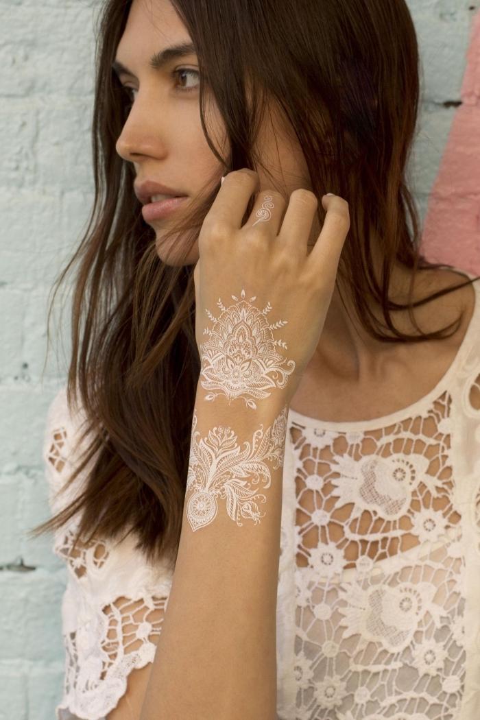 tattoo de style bohème au henné, modèle de dessin sur peau blanc aux motifs ethniques, idée tattoo éphémère sur main