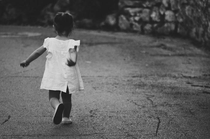 Adorable fille robe blanche, tuto coiffure cheveux court, photo noir et blanc, coiffure petite fille
