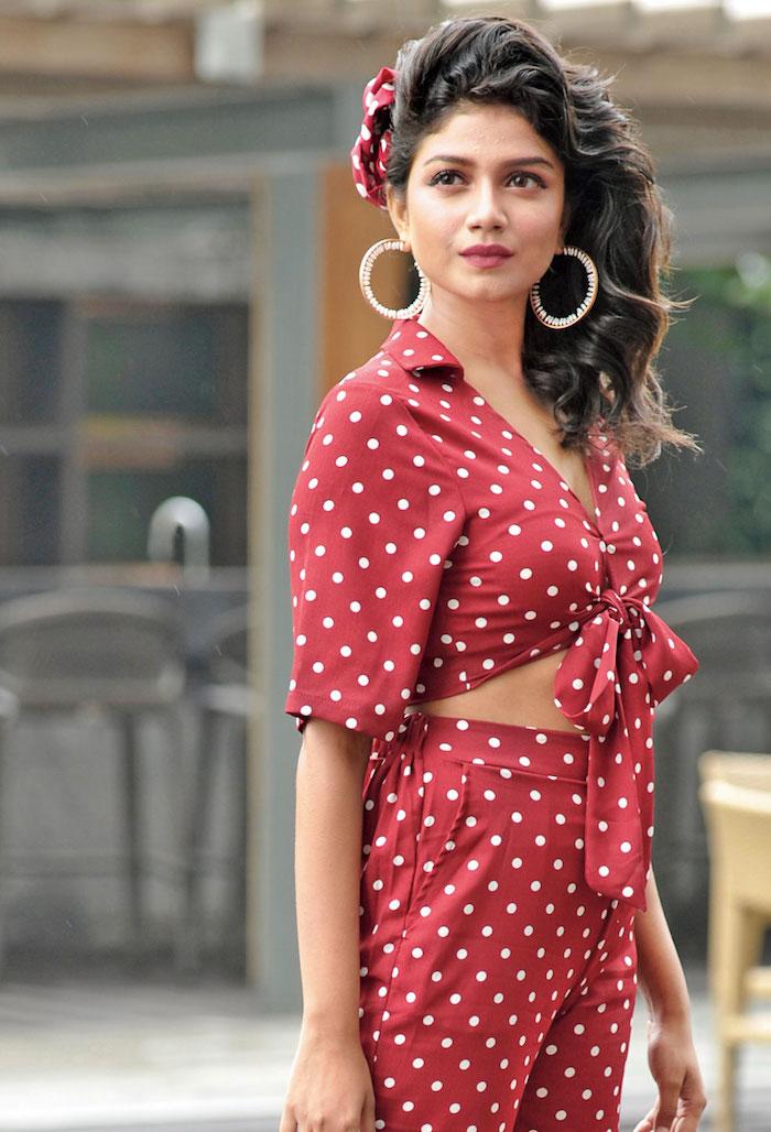 Rouge combinaison à pois blanches, pin up année 50, robe guinguette, idée tenue femme chic, femme cheveux bouclés
