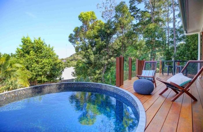 exemple de terrasse de piscine en bois avec chaise pliante en bois, quelle forme de piscine pour petit espace