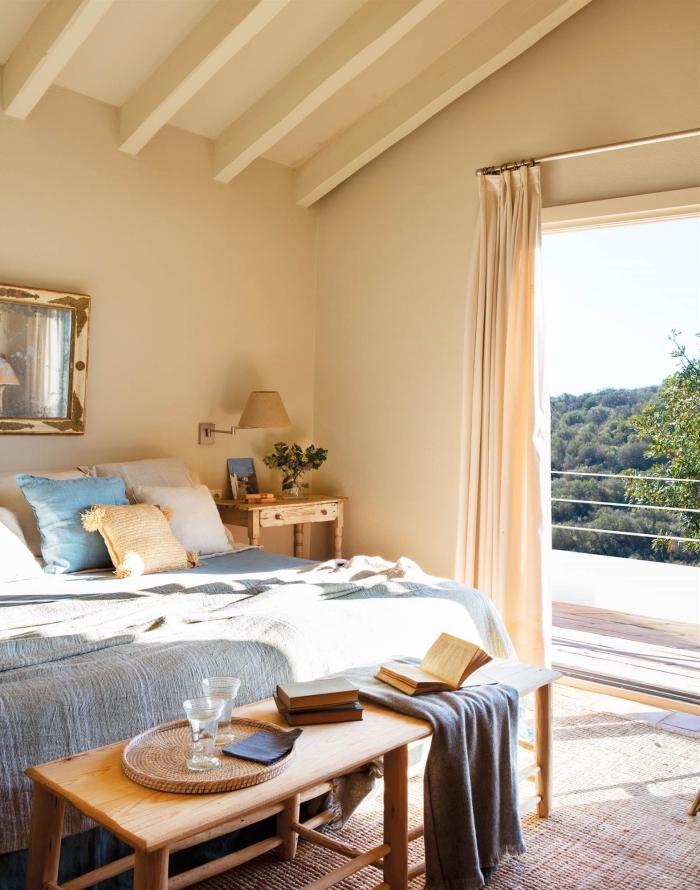 décoration de pièce sous pente en couleurs neutres avec accents en bleu, idée peinture beige sable pour chambre à coucher
