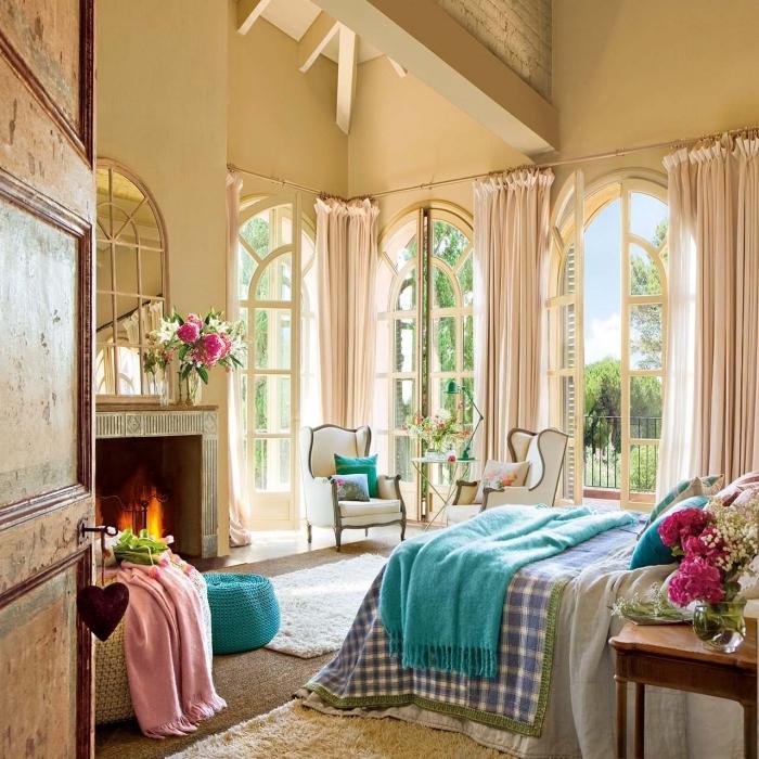 idée chambre à coucher style rétro chic au plafond haut avec murs beige et meubles en bois clair, peinture beige sable