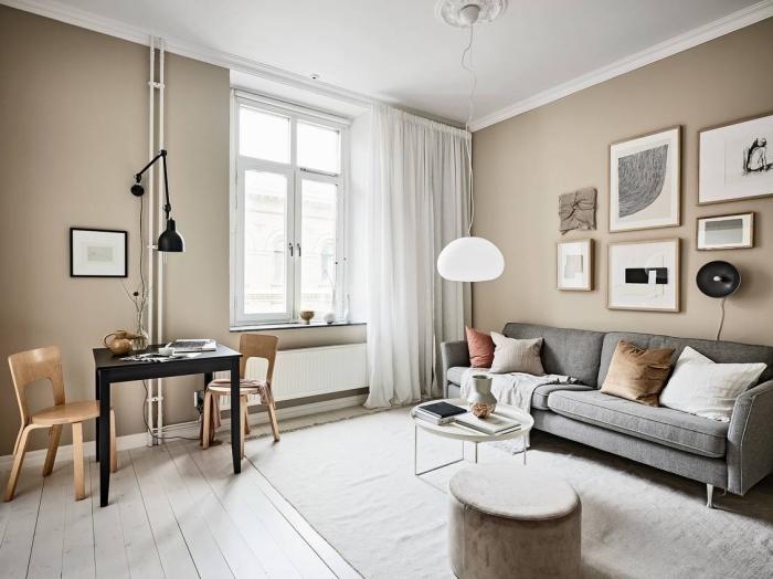 idée peinture sable pour déco de salon minimaliste, modèle pièce aux murs beige avec meubles en bois et accents en noir et blanc