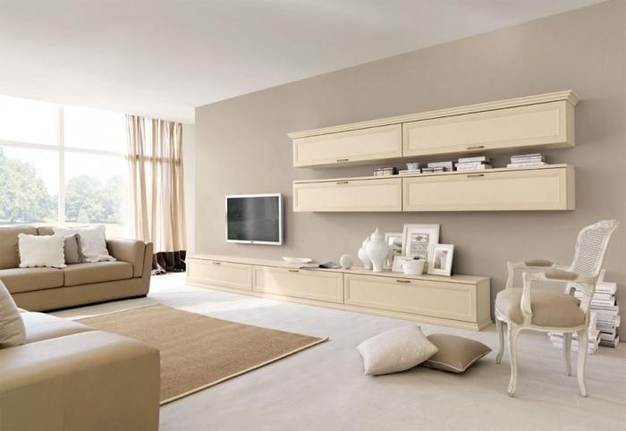 salon spacieux aux murs beige avec sol blanc, aménagement salon en couleurs neutres avec meubles en bois clair