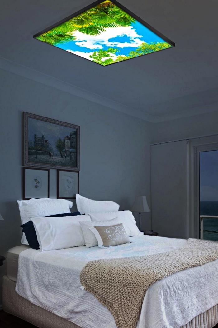 panneau lumineux à led imitation ciel installée en dessus du lit dans la chambre parentale