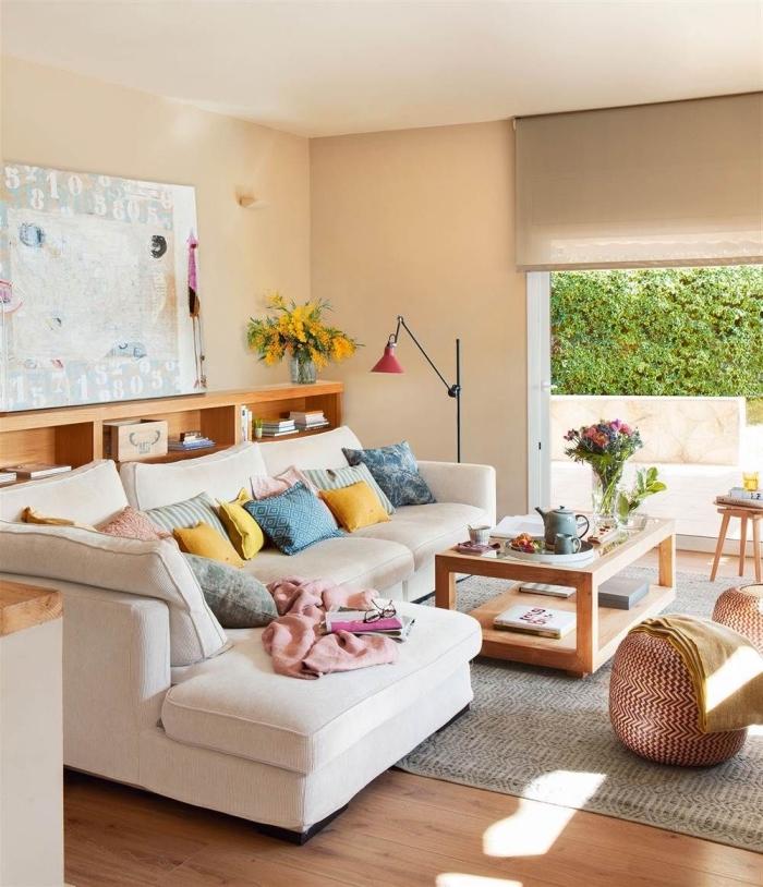 design moderne dans un salon lumineux avec porte sur le jardin, peinture murale de couleur ecru pour un salon