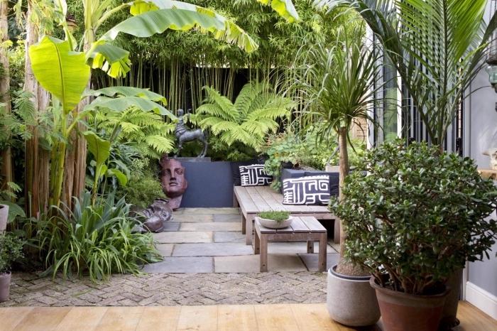 idée aménagement extérieur entrée maison, modèle de jardin zen avec dalles et bois décoré avec statuettes