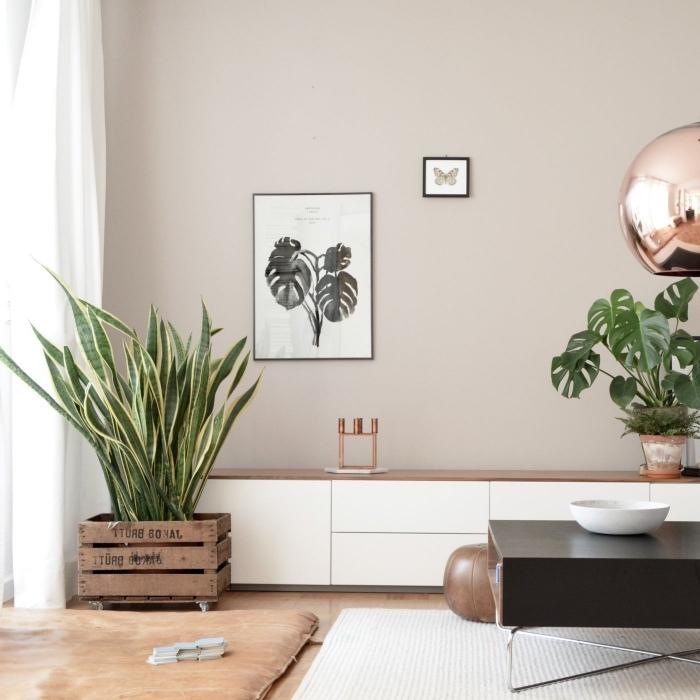 idée association couleur beige avec bois et noir, pièce aux murs beige avec meubles en blanc et noir avec finitions rose gold