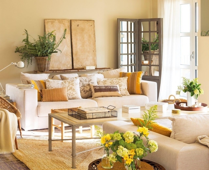 comment décorer un salon en couleurs neutres, idée peinture sable claire dans un salon, accents jaune dans une pièce beige