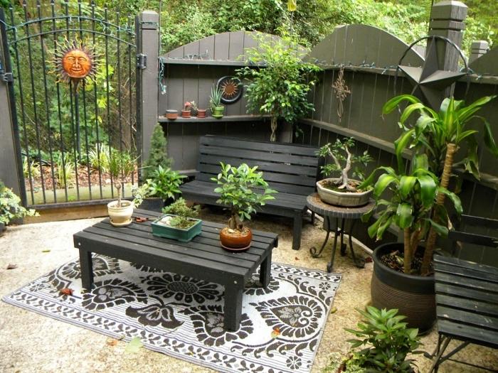 décoration de petit jardin avec meubles foncés, exemple comment aménager une cour arrière à espace limité