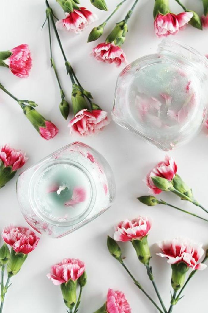 comment fabriquer des bougies parfumées, bougie diy dans un pot en verre décorée avec pétales de fleur et colorée