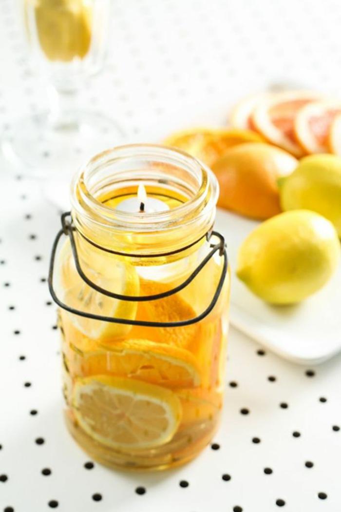 faire ses bougies parfumées soi même, modèle de bougie au citron dans un jar en verre, décoration bougie citronnée