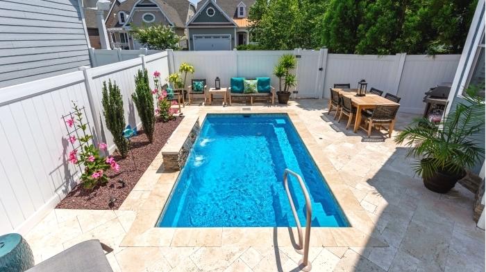 comment décorer une cour arrière avec terrasse jardin et piscine, idée deco piscine avec meubles en bois clair