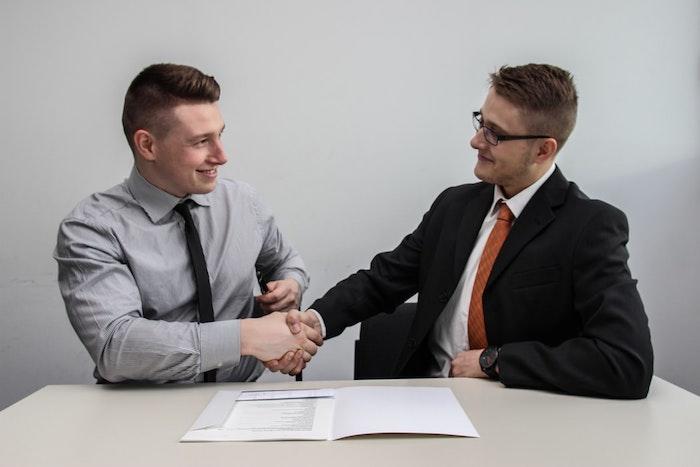 Deux hommes qui se mettent en accord, a quel prix vendre sa maison à un promoteur