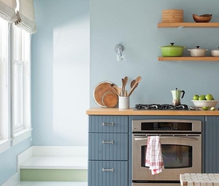 couleur peinture cuisine bleu clair avec un meuble cuisine bleu de gris avec plan de travail et étagères bois, style campagne chic
