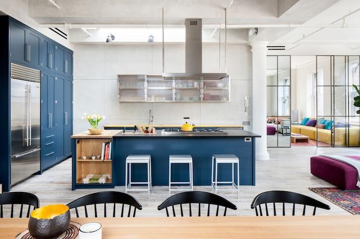 comment amenager une cuisine ouverte sur salon salle à manger, murs blancs, ilot et armoire cuisine bleu foncé, aspirateur supendu, deco industrielle chic