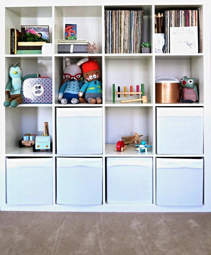 meuble caisson détourné en rangement jouets fonctionnel, meuble de rangement ikea utilisé pour ranger les jouets et les livres d'enfant