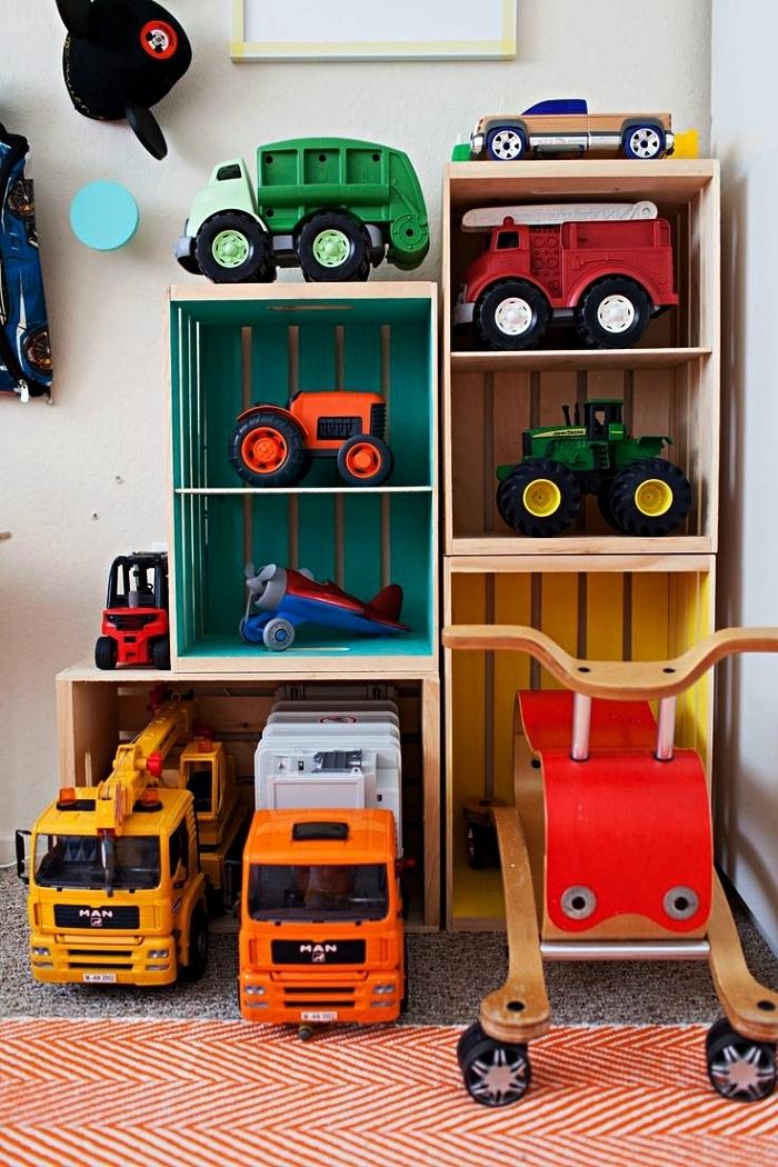 une étagère diy réalisée à partir des caisses bois assemblées, idée de rangement pour les jouets voitures