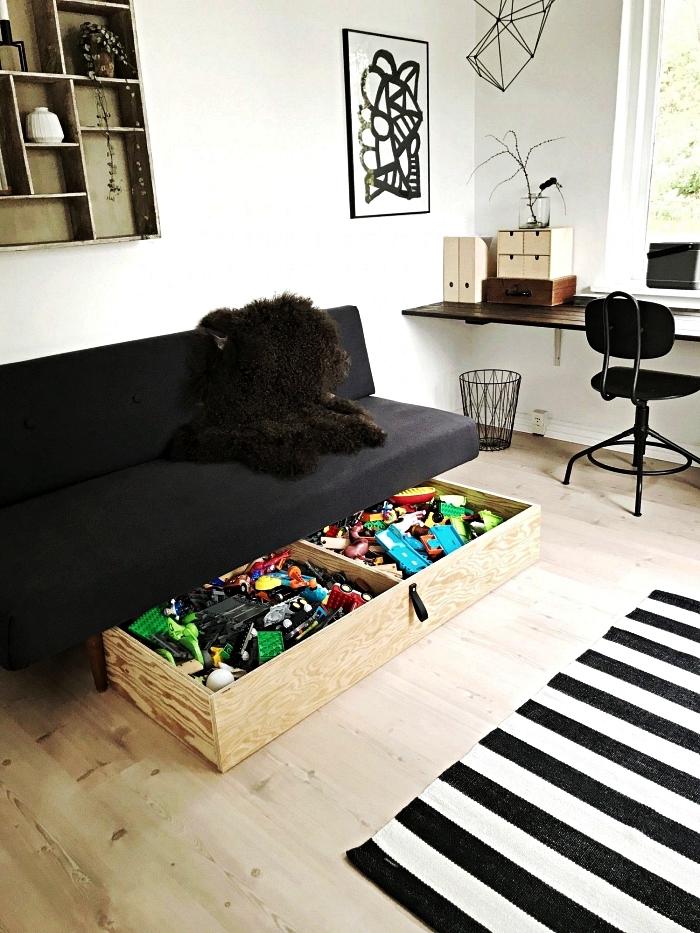 tiroir de rangement en bois avec poignée sous la banquette du salon, astuce rangement dans le salon