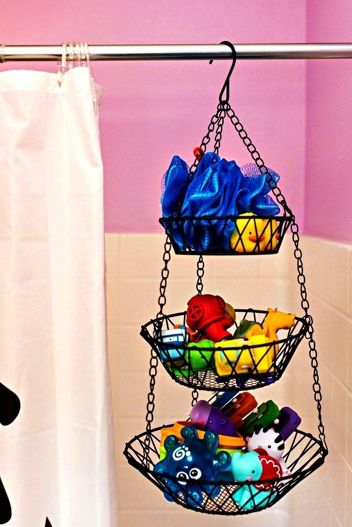astuce de rangement jouet dans la salle de bains, panier suspendu à trois niveau pour ranger les jouets dans la salle de bains