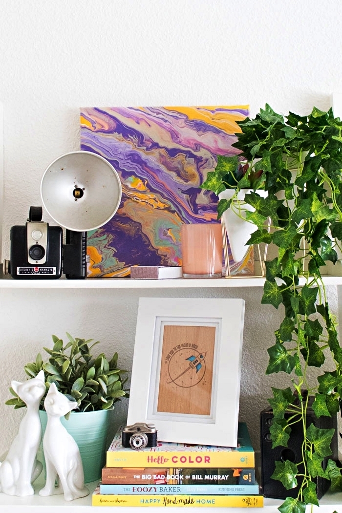 tableau contemporain abstrait en violet, rose et orange, peinture coulée à l'acrylique à réaliser soi-même