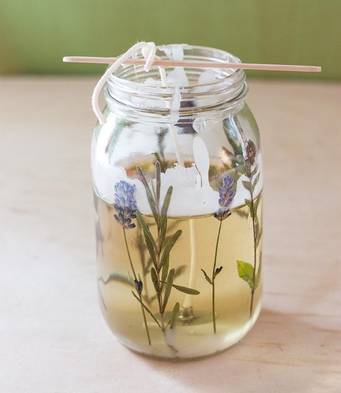 faire fondre une cire pour bougie au bain-marie, diy bougie dans un pot en verre rempli de cire et décoré avec brins et fleurs séchées