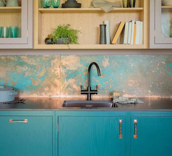 cuisine vintage brut industrielle avec meuble bleu canard, robinetterie noire, étagères bois