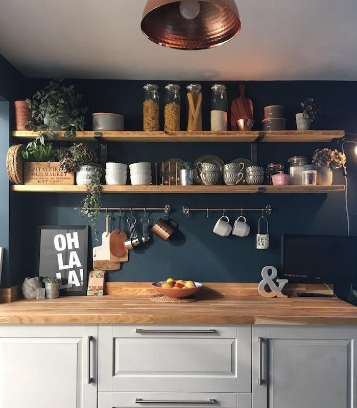 quelle couleur pour les murs d une cuisine, idée déco cuisine bleue, étagères de bois surchargées de vaisselle, facade blanche et plan bois nature