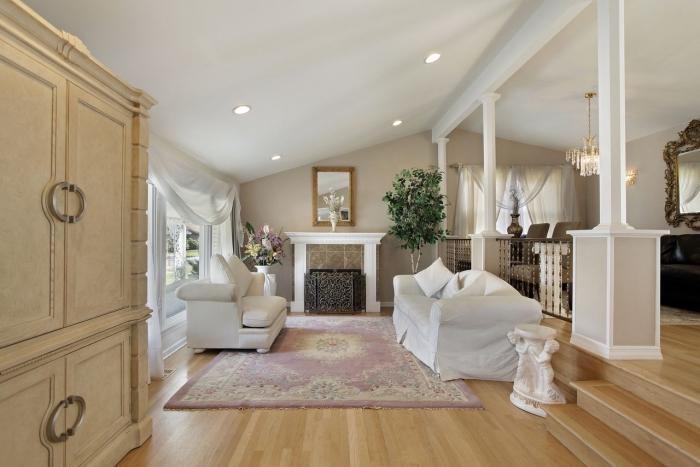 exemple de déco sous pente dans un salon traditionnel aux murs beige, idée peinture beige clair pour déco salon