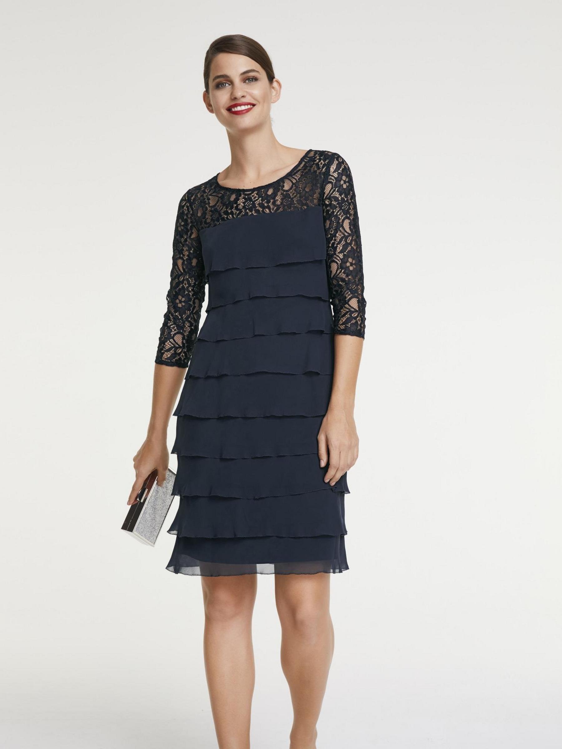 Modèle de robe bleu marine à volants, manchettes et décolleté en dentelle