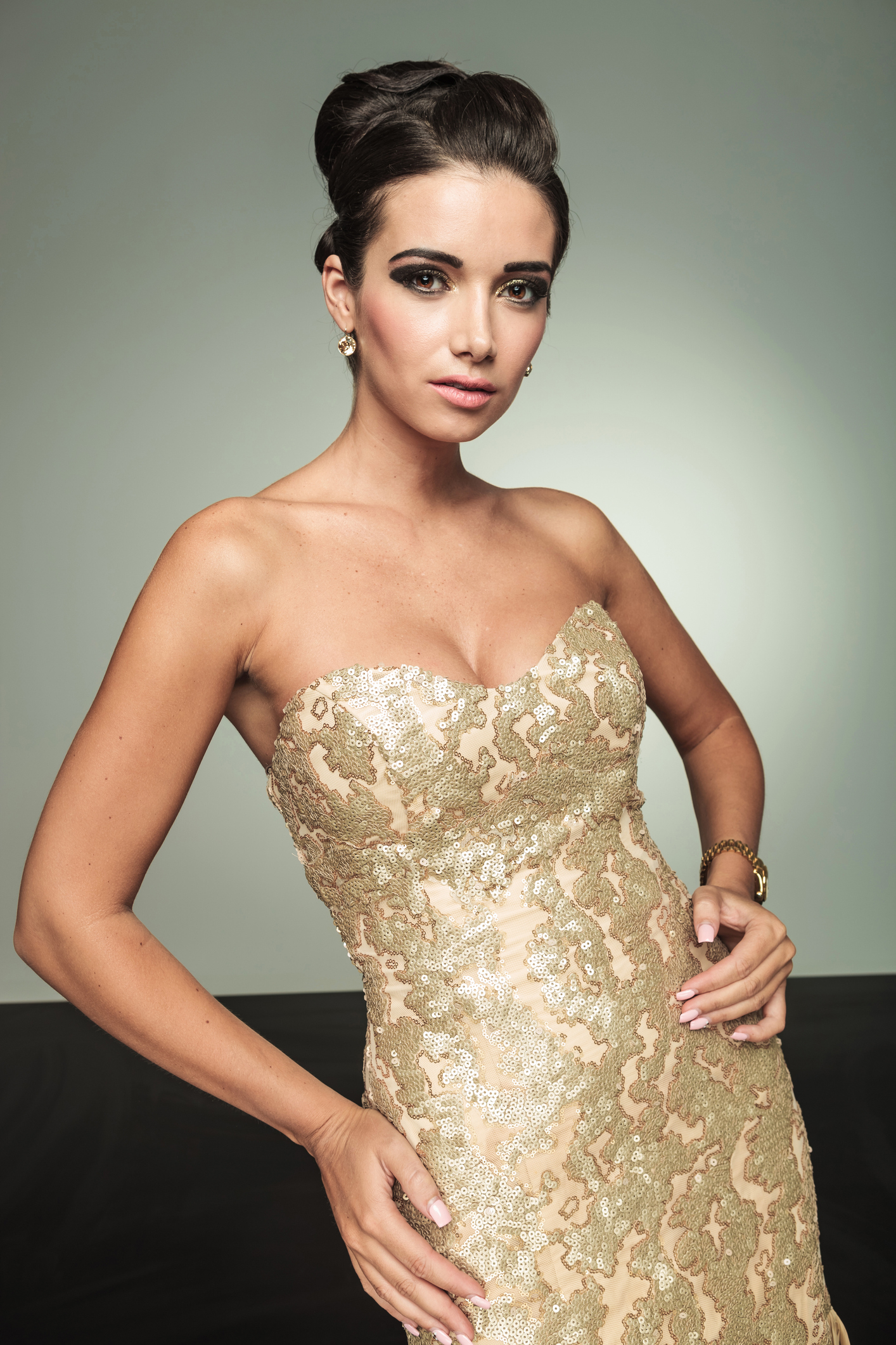 photo modèle de robe bustier étroite avec broderie dorure pour soirée élégante