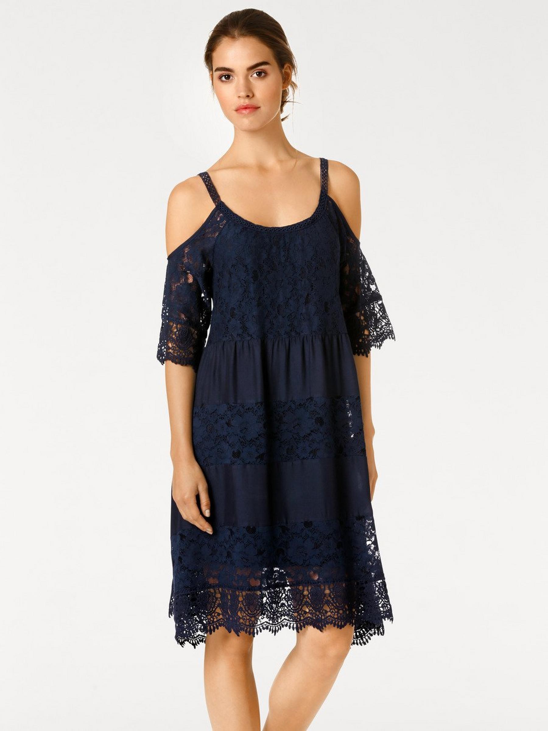 photo de robe en dentelle bleu marine avec épaule nue et manchettes mi transparentes