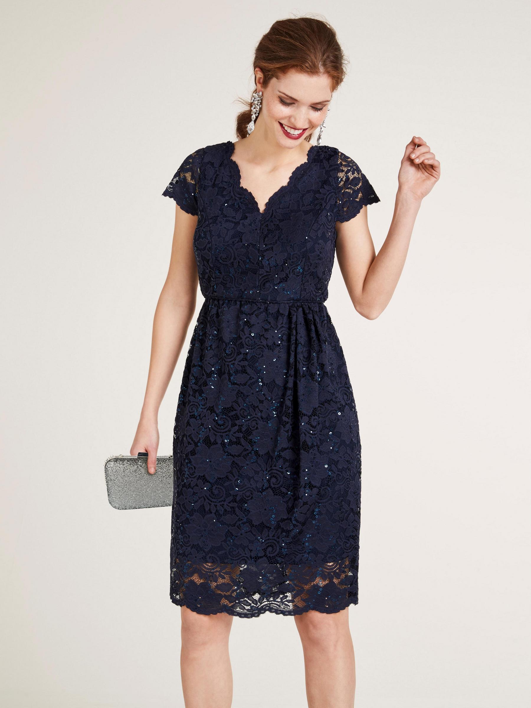 robe en dentelle bleu marine avec épaulettes et bas transparents pour soirée