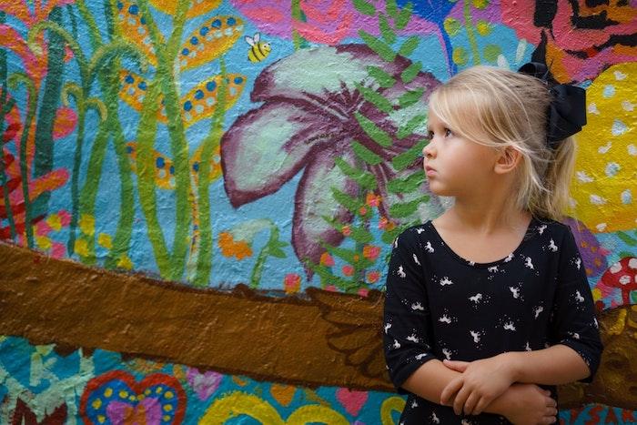 Blonde fille, mur art coloré fleurs dessin, tresse africaine pour petite fille, idée coiffure enfant