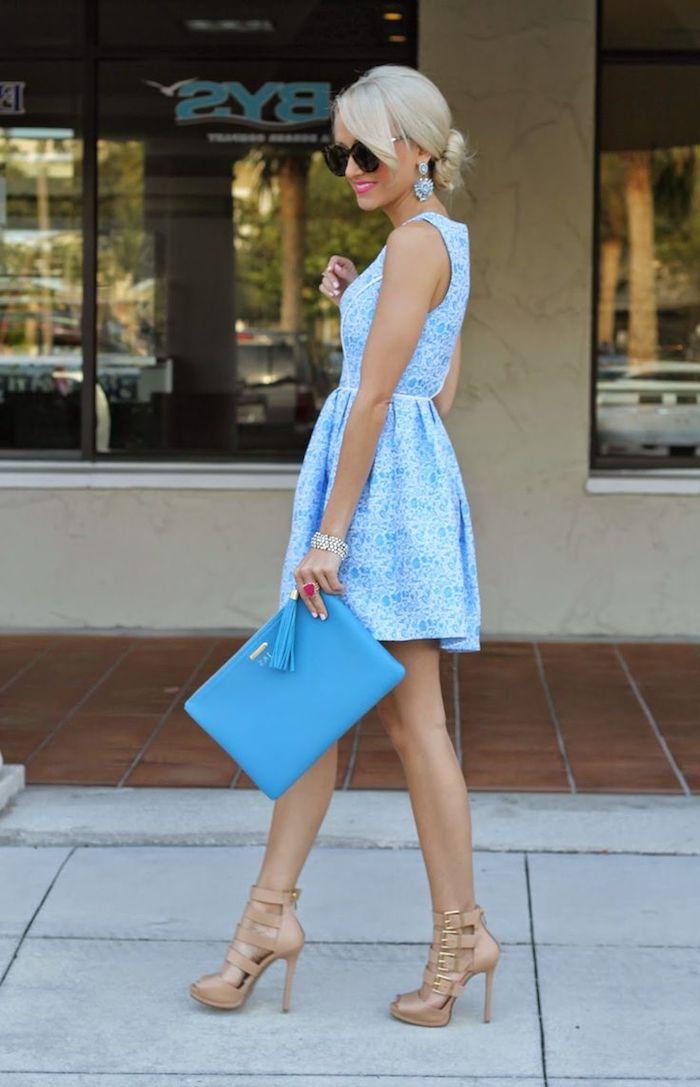 Belle femme en robe bleu claire fleurie, tenue de mariage champetre, deguisement guinguette, idée de tenue femme robe guinguette