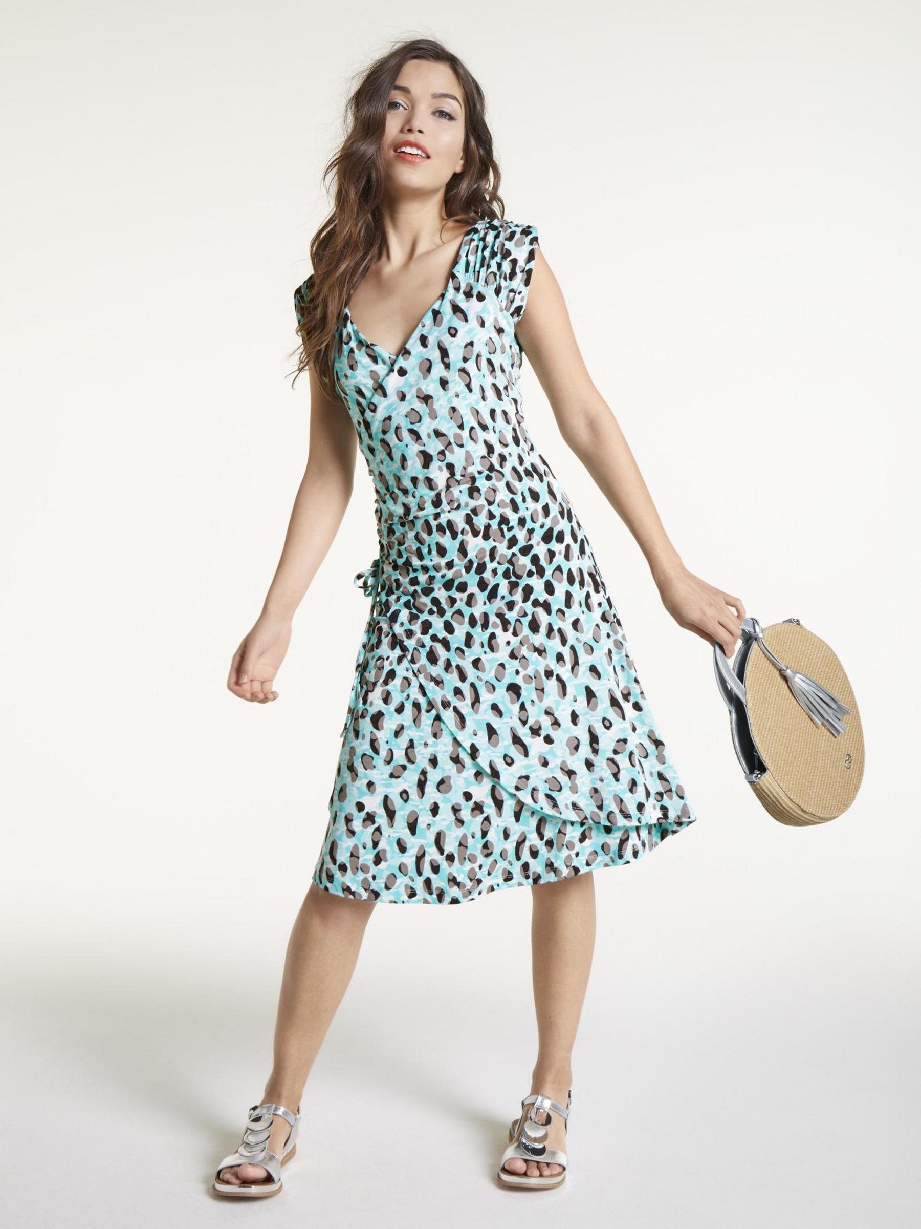 Robe coupe portefeuille turquoise, un modèle qui mélange légèreté et élégance