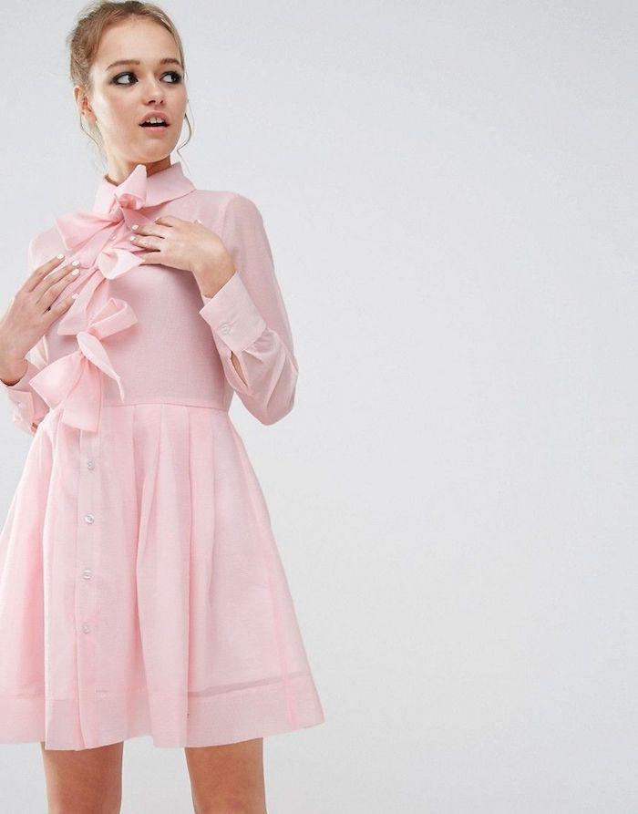 Photo de femme en robe rose claire à manches, look année 50, robe guinguette, mode année 50