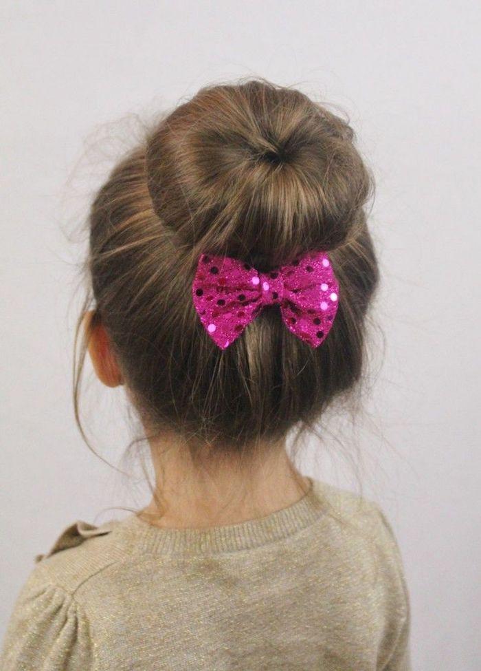 Chignon ballerine coiffure pour fillette, coiffure facile cheveux mi long, ruban rose
