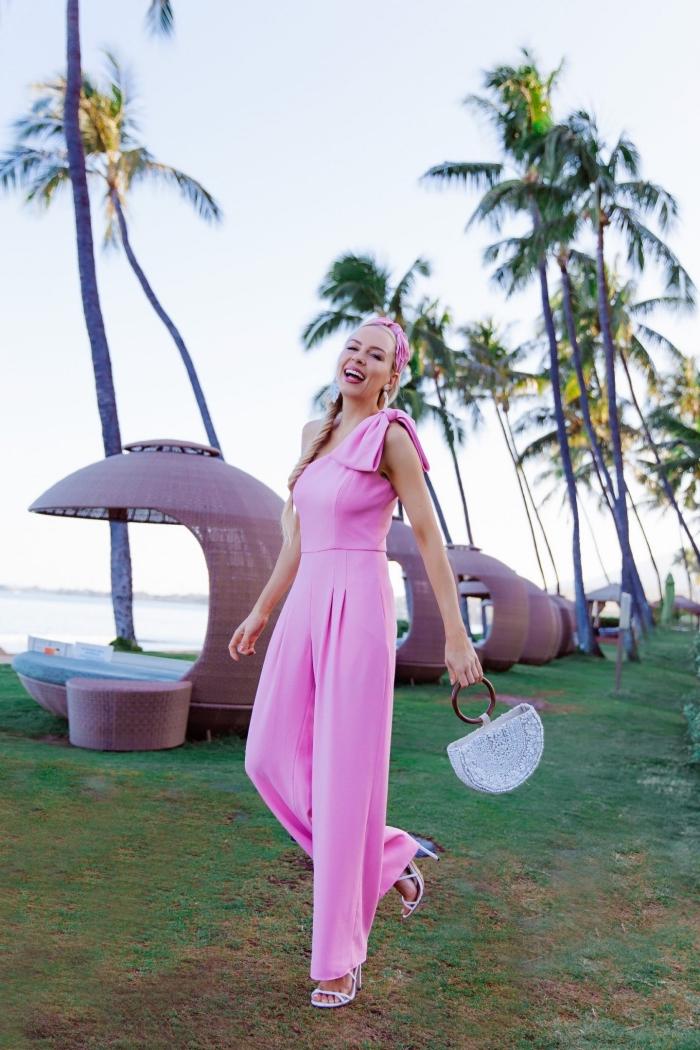 quelle tenue pour un mariage, modèle de combinaison rose bonbon avec pantalon aux jambes larges et top avec col asymétrique