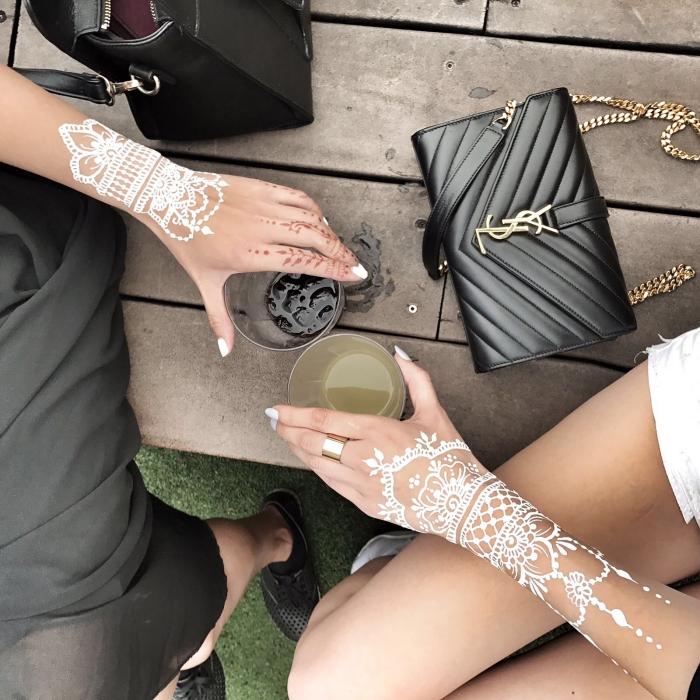 idée art corporel temporaire de style bohème, exemple de tatouage henné en blanc aux motifs mandala et feuilles