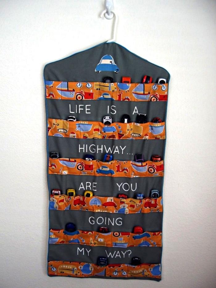 sac de rangement avec poches façon parking pour voitures à suspendre au mur ou à la porte