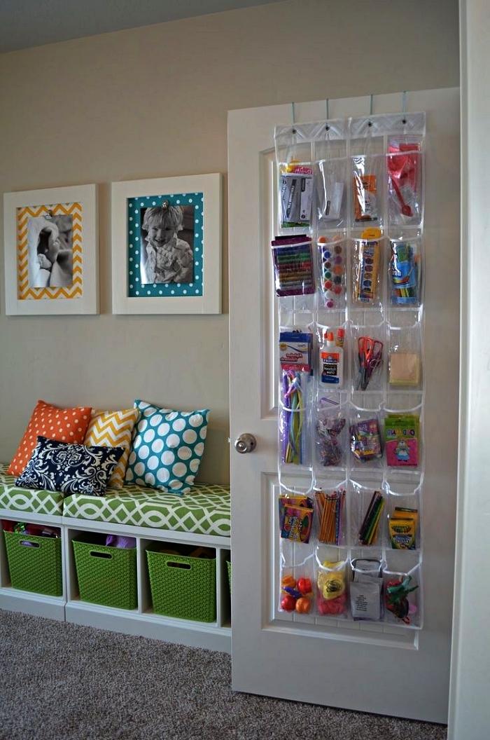 banc rangement avec paniers de rangement et banquette, rangement mural avec poches pour stocker les petits jouets