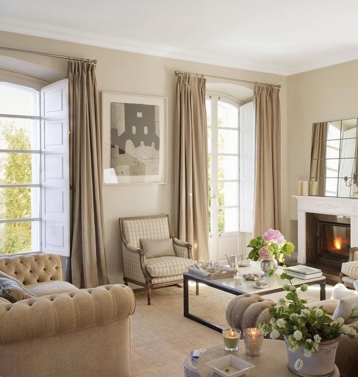 décoration de salon avec cheminée, exemple de salon traditionnel en beige et blanc décoré avec objets en métal