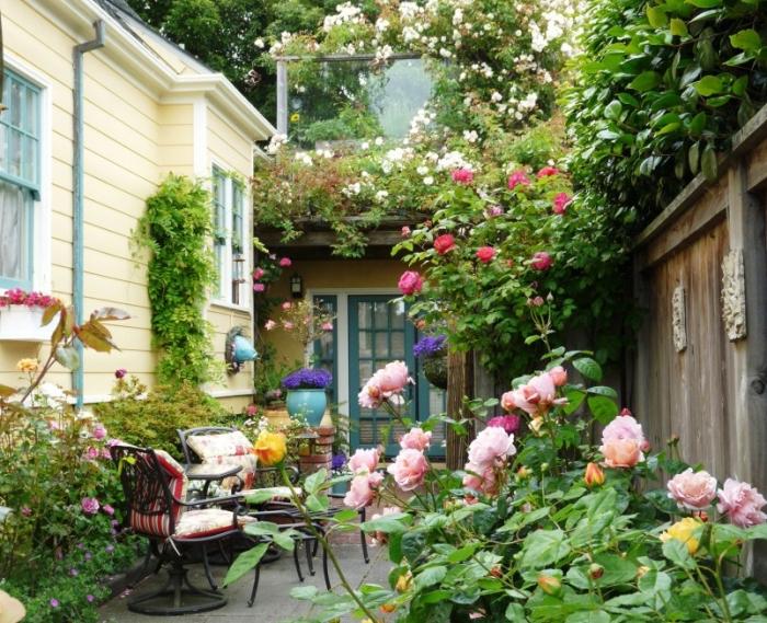 aménagement petite cour arrière avec clôture en bois foncé, exemple comment idée aménagement extérieur entrée maison aménager un petit jardin