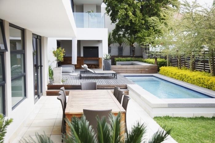 comment décorer une cour arrière avec terrasse et piscine, idée meubles de jardin en bois et à design tressé